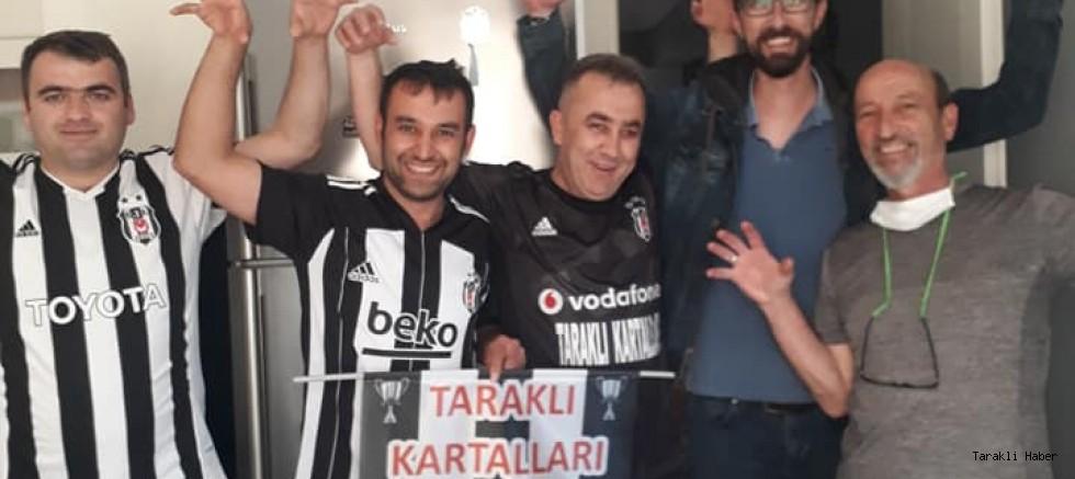Beşiktaş Taraftarı Şampiyonluk Pastası kesti.