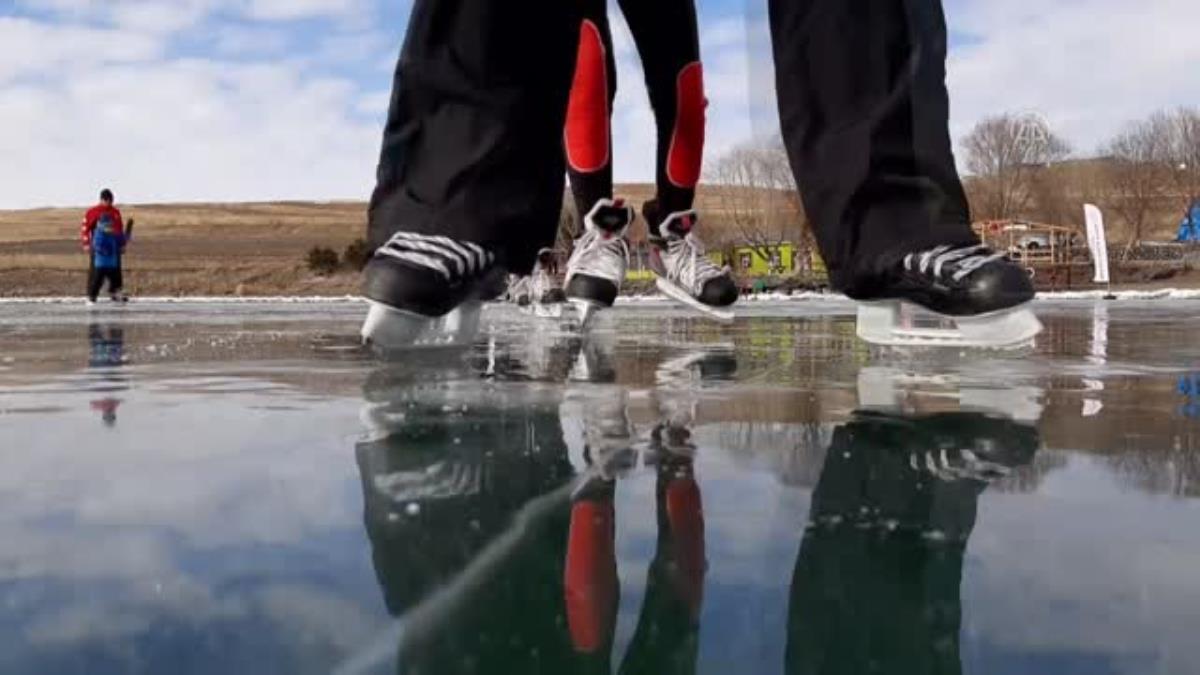 Son dakika haber! Yüzeyi donan Çıldır Gölü'nde buz pateni keyfi